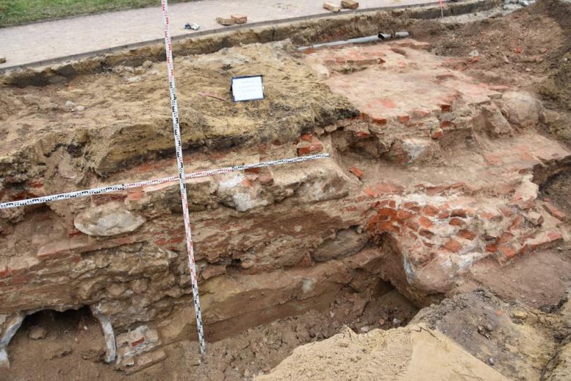 Łomża: Podczas remontu Rządowej odkryto fundamenty Hotelu Polskiego i kościoła jezuitów [FOTO]