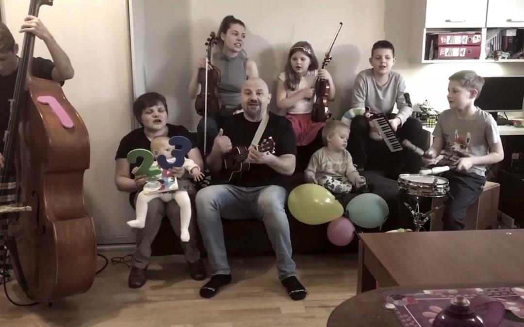 Jesteśmy na fali, Bóg nas ocali – śpiewa rodzinka Fedorów [VIDEO]
