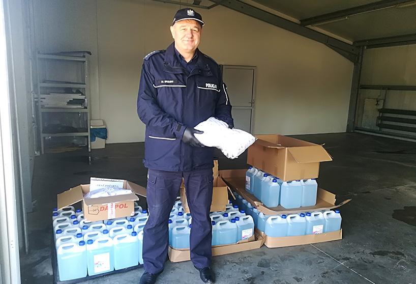 Powiat ostrowski: Policjanci otrzymali płyn dezynfekcyjny i maseczki ochronne