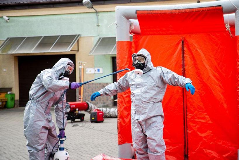 Ostrołęka: Służby i urzędnicy przeszli szkolenie z odkażania środków ochrony osobistej [FOTO]