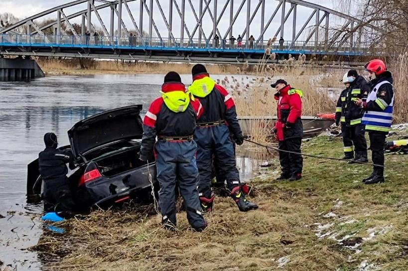 Tykocin: Z Narwi wyłowiono poszukiwany samochód