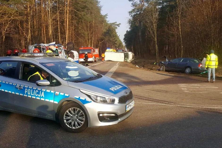Powiat kolneński. Śmiertelny wypadek na DK63. Osobówka zderzyła się z busem [AKTUALIZACJA]
