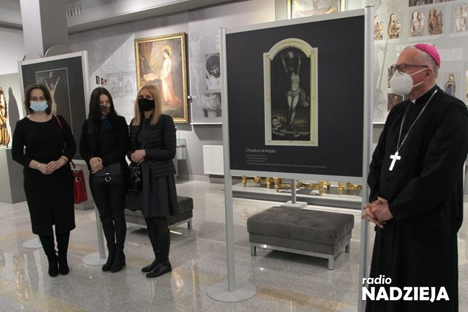"""Łomża: """"Umarł i Zmartwychwstał"""" – nowa wystawa pojawiła się w Muzeum Diecezjalnym"""