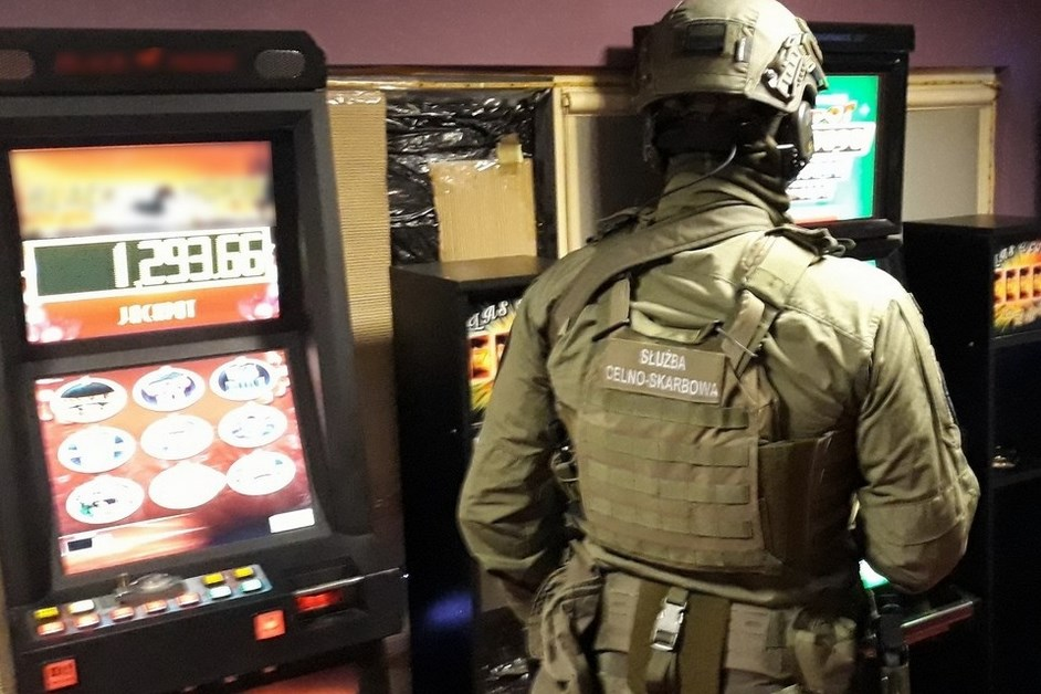 Ostrołęka: Funkcjonariusze KAS przejęli nielegalne automaty do gier
