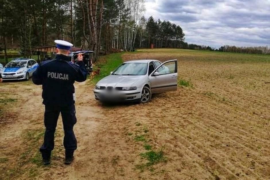 Powiat łomżyński: Pijany porzucił samochód i uciekł w las