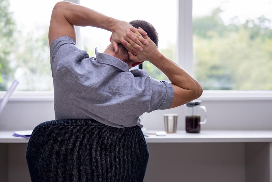 Rozciąganie ciała: 5 lekkich ćwiczeń, które warto robić na home office