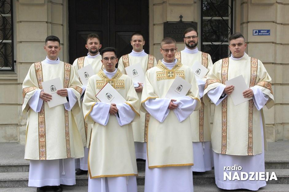 Wiara: Biskup wyświęcił siedmiu nowych diakonów