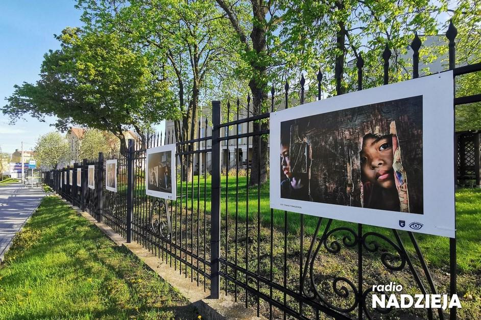 Fotografia: Happyland na ogrodzeniu Centrum Kultury