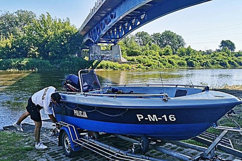 Łomża: Policjanci pilnują bezpieczeństwa na rzece