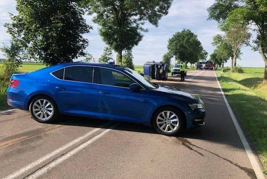 Powiat łomżyński: Osobówka uderzyła w drzewo. DW 668 zablokowana