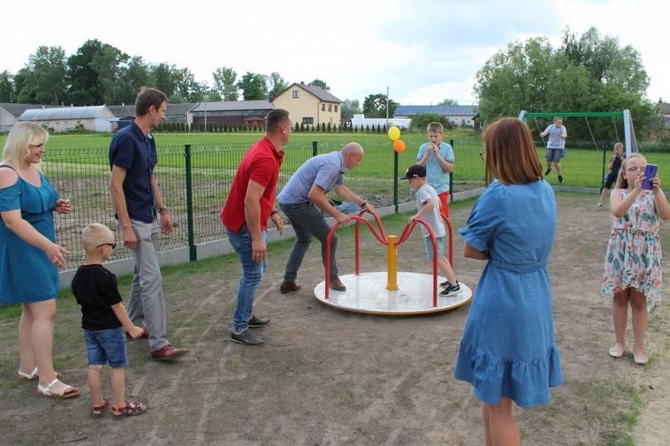 Gmina Czyżew: Nowy plac zabaw już cieszy dzieci, a siłownia dorosłych