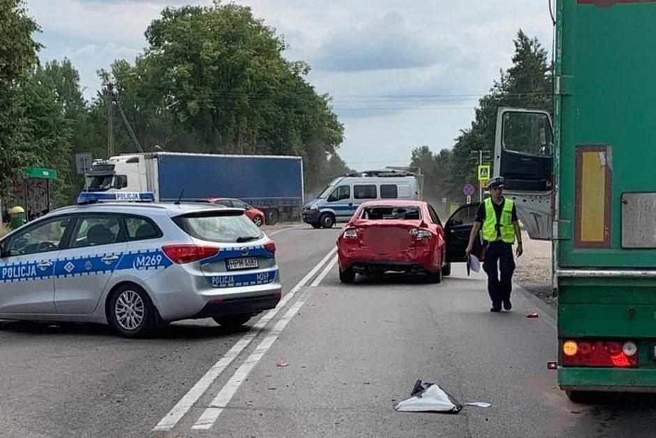 Powiat łomżyński: Utrudnienia na DK63. Ciężarówka wjechała w osobówkę