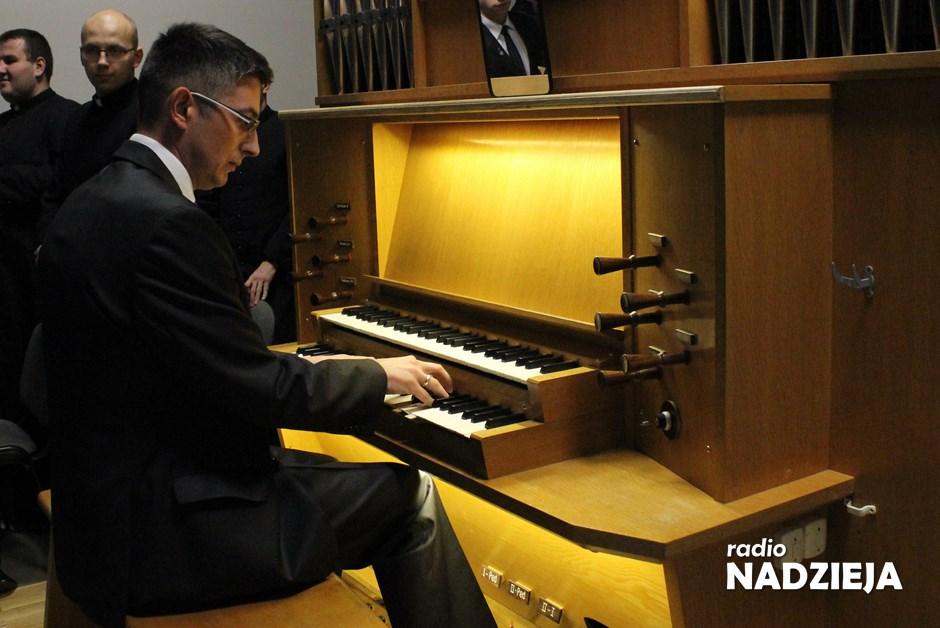 Wiara: Masz słuch i poczucie rytmu, lubisz śpiewać? – możesz zostać organistą