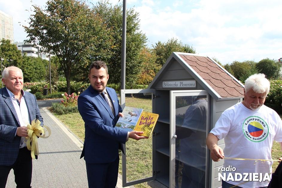 Łomża: W Parku Jana Pawła II stanęła biblioteczka