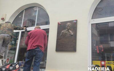 Łomża: Trwa montaż tablicy poświęconej Kardynałowi Wyszyńskiemu